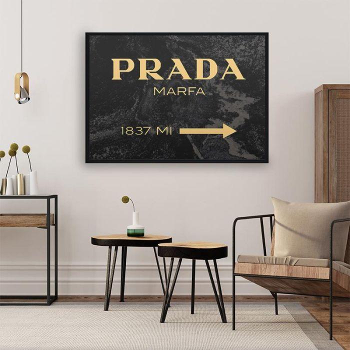 tableau décoratif mural channel dans salon en bois vintage et minimaliste