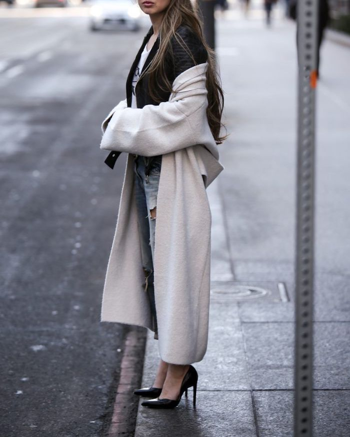 tenue classe femme en escarpins noirs un blazer et manteau longue tricoté