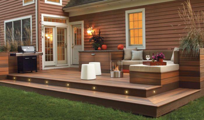 terrasse extérieure avec canapé d angle bois cheminée extérieure barbecue et plantes vertes
