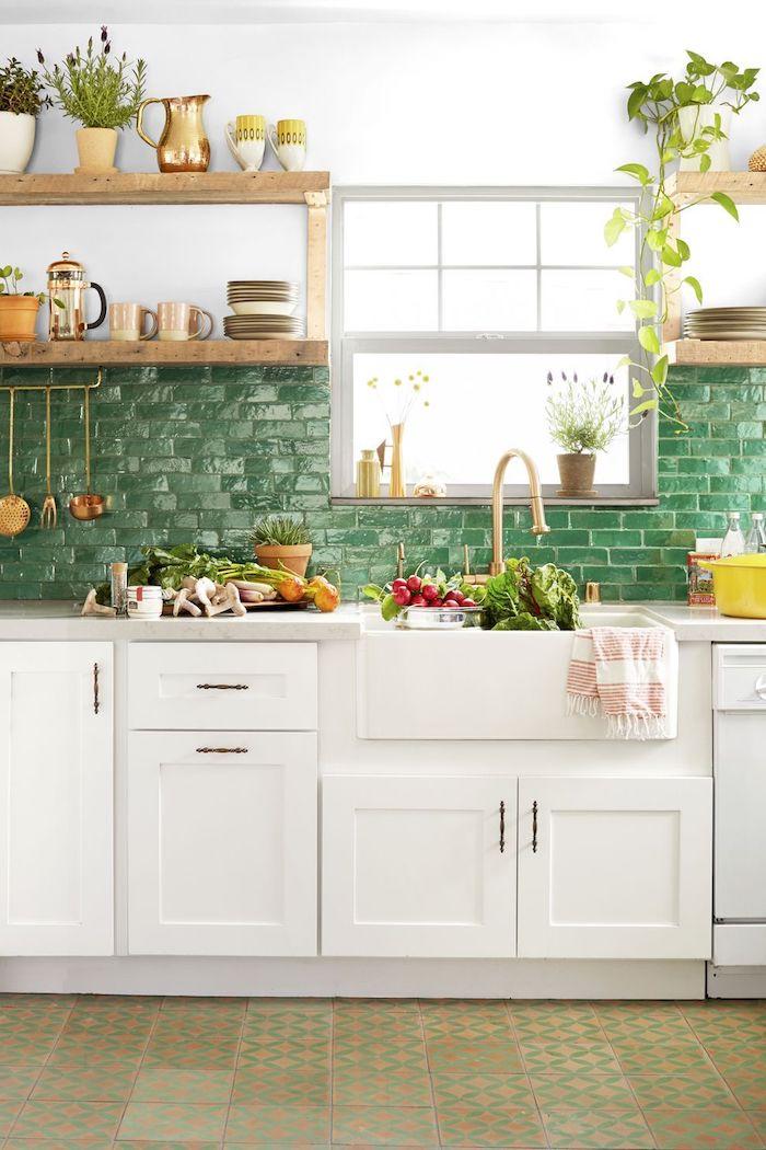 un crédence avec carrealge vert et des placards ouverts comment aménager cuisine appartement