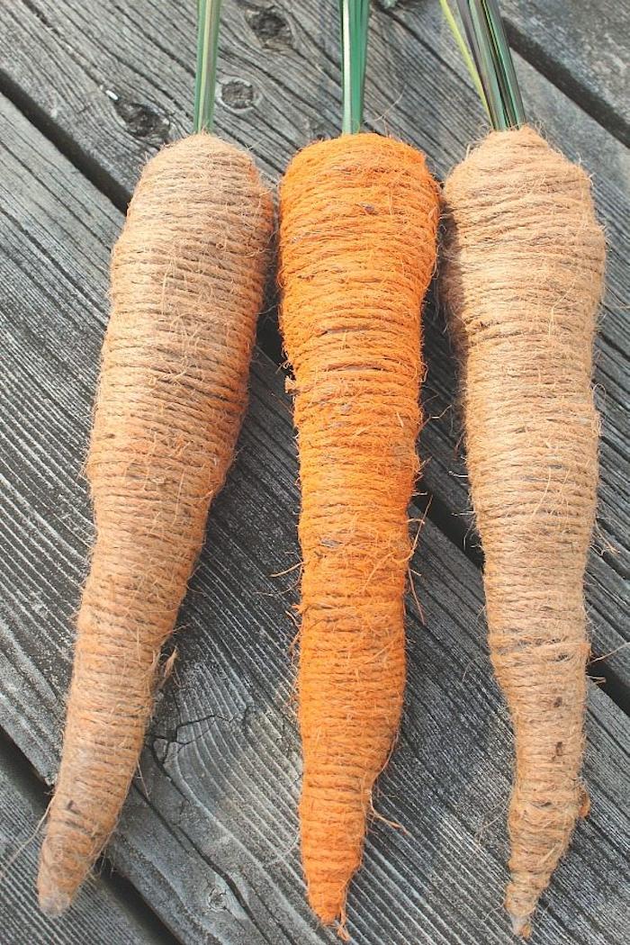 un exemple de deco de paques a faire soi meme avec recup des carottes en papier ruban adhesif et ficelle.jpg