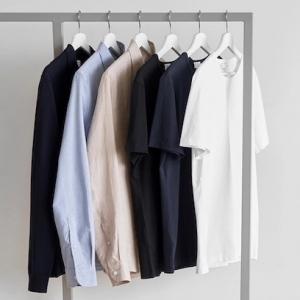un exemple de garde robe minimaliste avec un t shirt blanc veste en bleu marine et chelisier beige