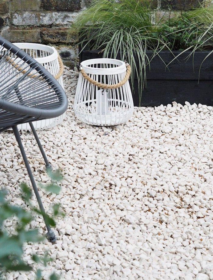 un jardin minimaliste décoravec des plantes des meubles modernes et du galet blanc jaridn