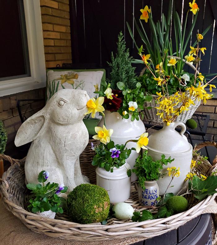 un panier rempli des petites vases et des jonquilles avec un lapin ceramique a cote decoration paques facile.jpg