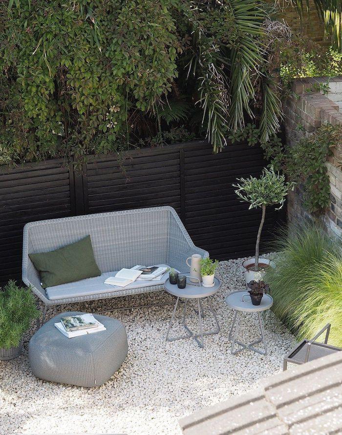 un set up minimaliste en gris sous grandes arbres idée déco jardin avec cailloux