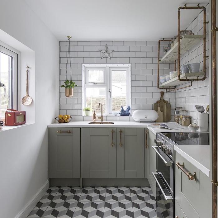 cuisine industrielle, carrelage metro blanc, façage grise, étagère tuyaux de cuivre