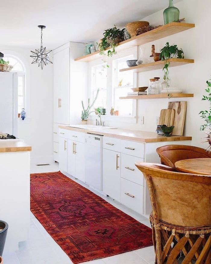 un tapis rouge dans une petite cuisine aménagée en style rustique