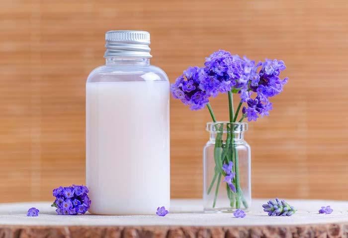 une bouteille de shampoing fait maison a la base de lavande formule legere