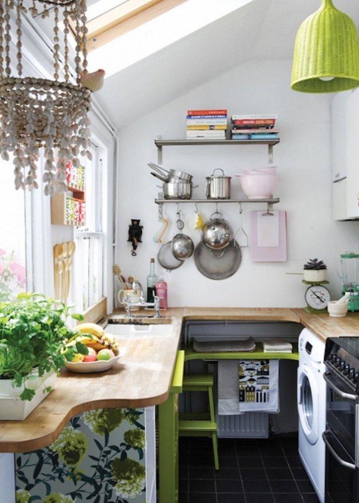 une cuisine en angle avec un balcon integré et des elements verts, aménager une petite cuisine fermée- vert-blancjpg