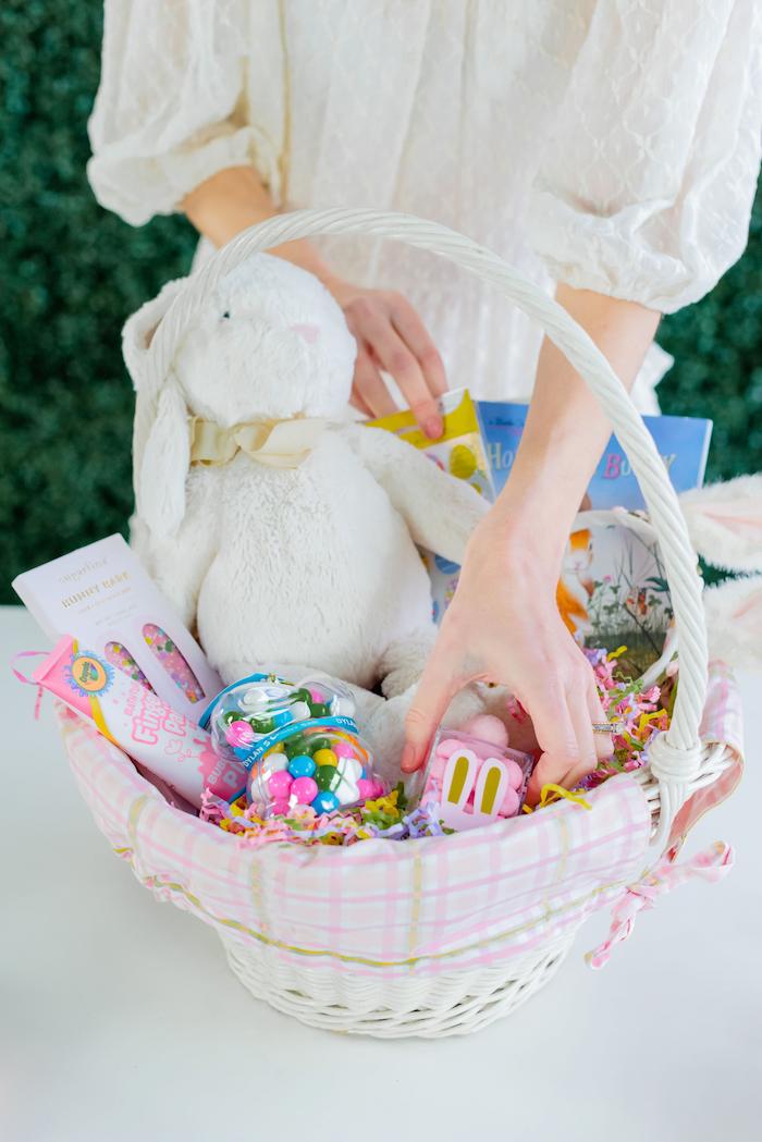 une femme qui met des gourmandises et des jouets dans un pznier bricolage de paques facile jpg