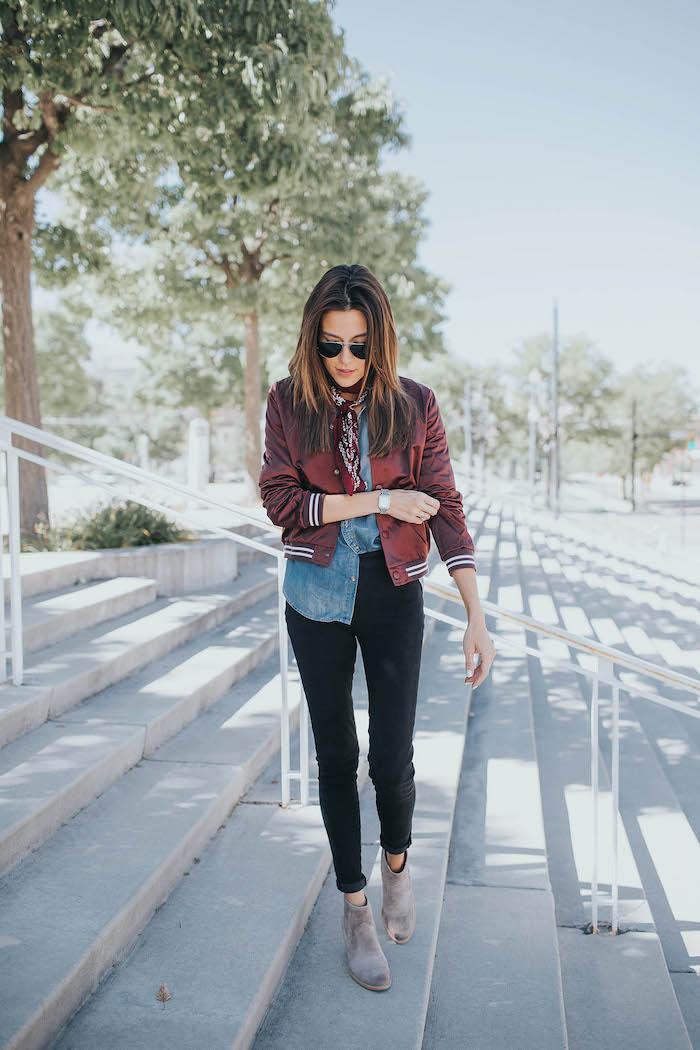 une femme qui porte des bottes gris type chelsea une veste gollegienne et chemisier en denim style américain
