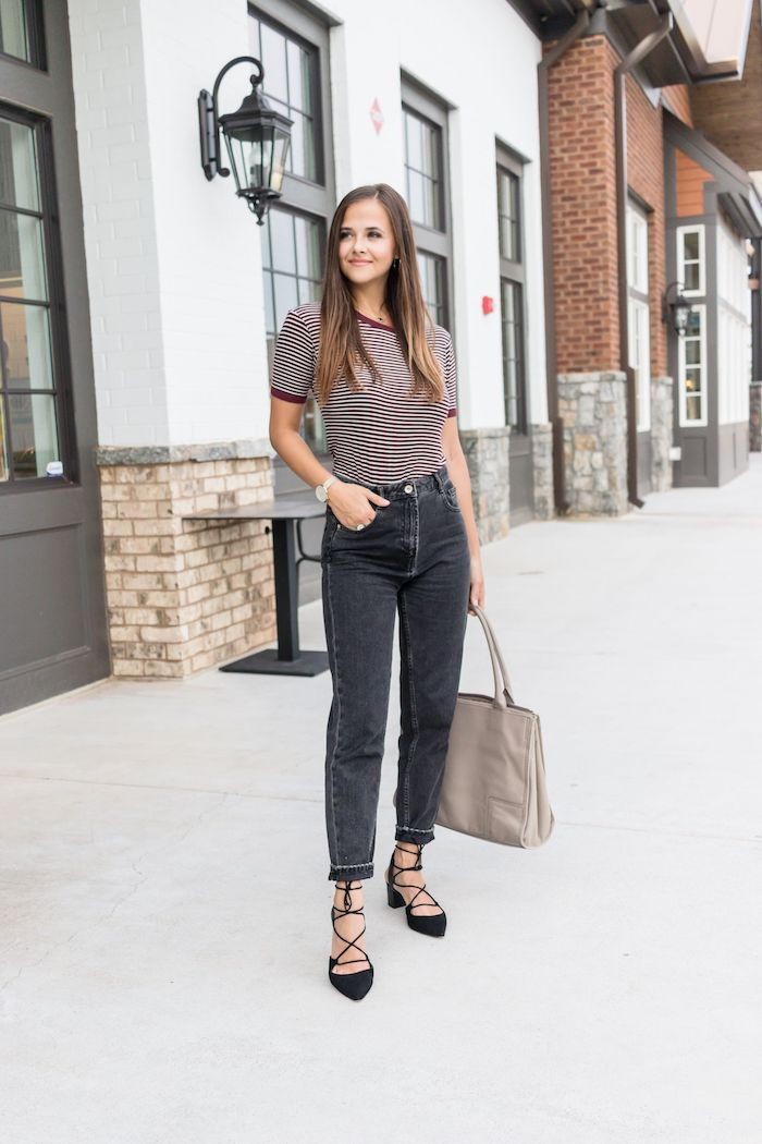 une femme qui porte vetement stylé blouse aux imprimés et des jeans gris taille haute