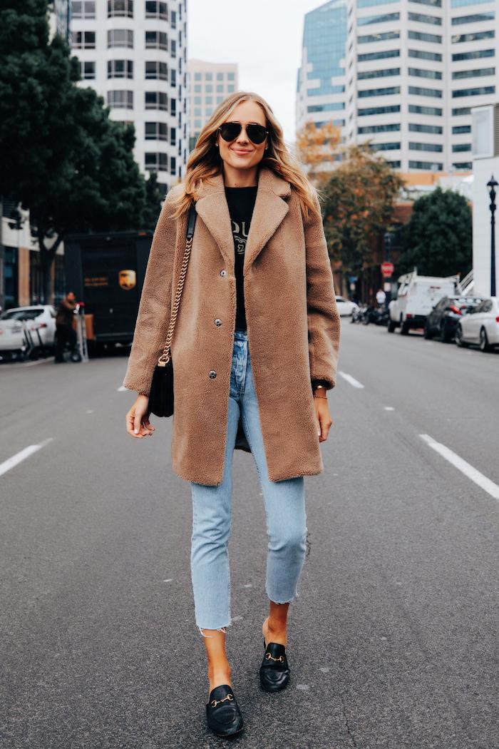 exemple manteau marron clair, jean, chemise noire, lunettes de soleil, femme moderne