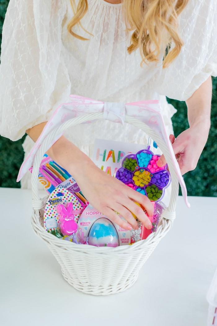 une fille qui met des cadeaux dans un panier blanc activité manuelle paques