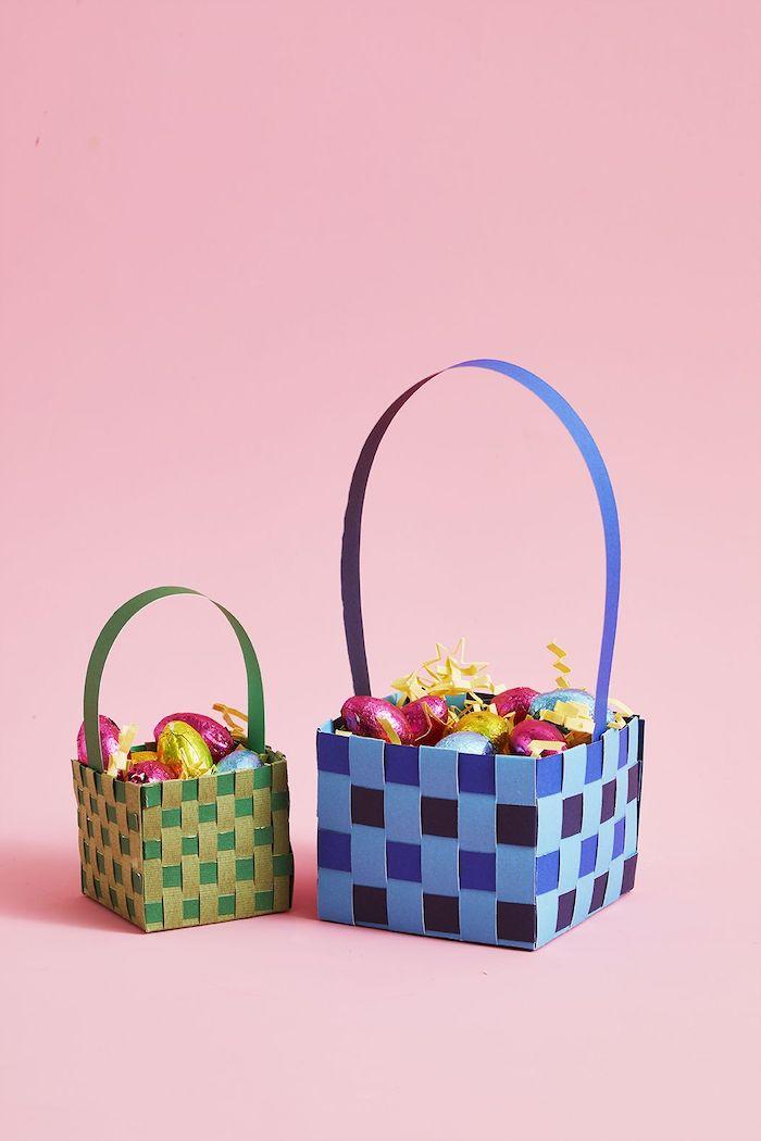 une idée d activité paques maternelle avec des paniers tissées en différents couleurs pleines des oeufs teintés