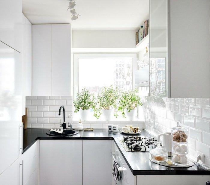 une idée d amengagement une petite cuisine en l entierement en blanche avec des comptoir noir