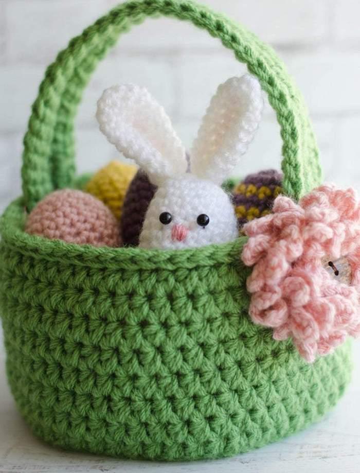 une idée d un panier de paques tricoté avec des roses et petit lapin