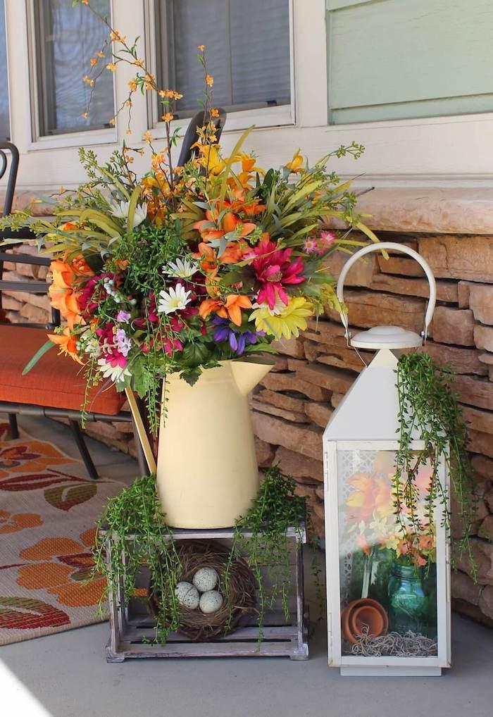 une idée de déco paques diy avec une lqnterne et vase a fleurs posées sur la véranda