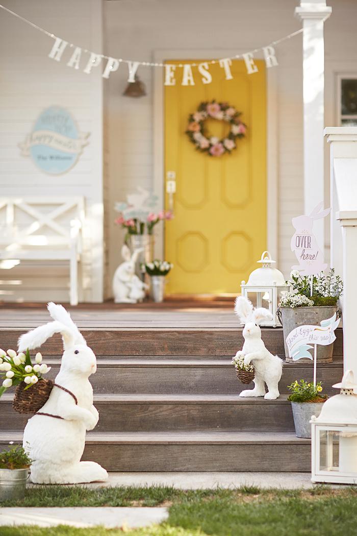 une idée de décorer la verande pour les paques avec des lapins une couronne de fleurs a la porte jaune.jpg