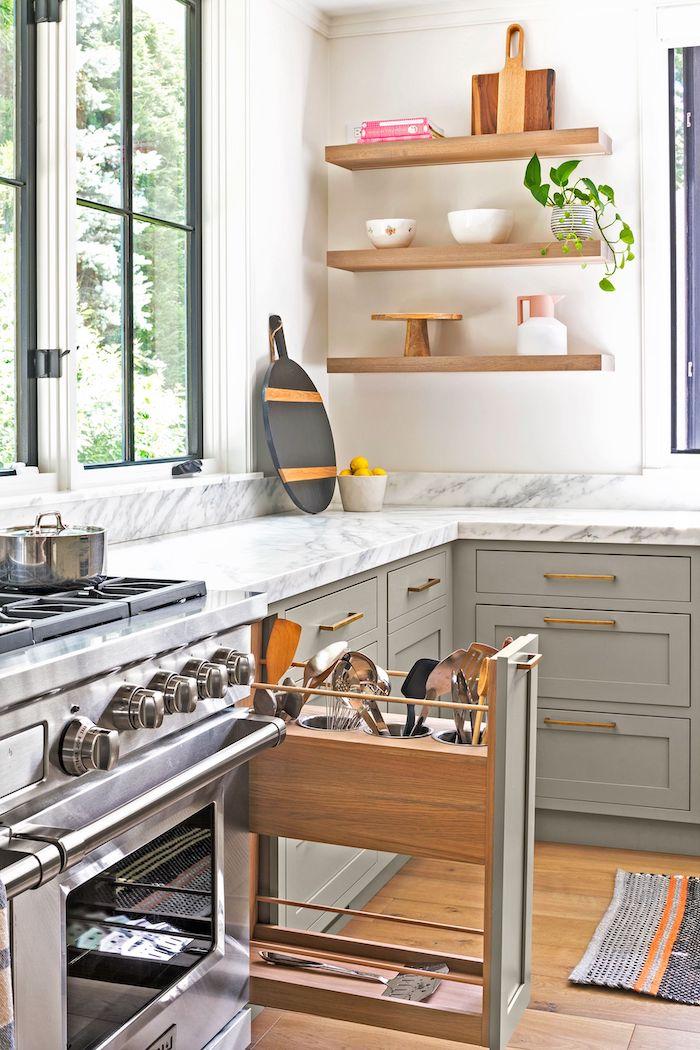 une idéee de stockage dans la cuisine fermée avec des tiroirs verticaux