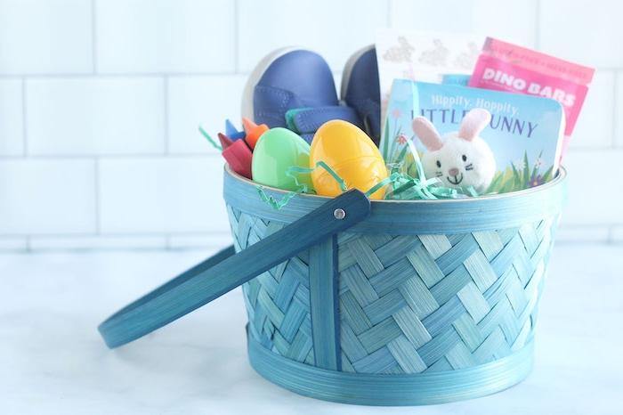 une panir bleu tissée sur le comptoir rempli des cadeaux de maternelle