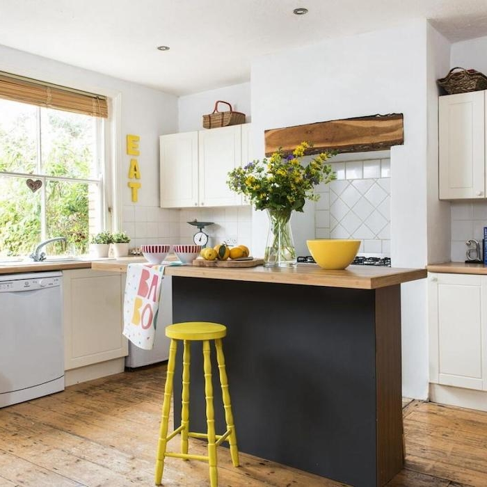 une table haute centré avec une chaise jaune a coté idée aménagement cuisine aux petites dimensions