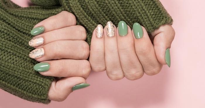 vernis de couleur vert tendance vernis printemps modele ongle gel 2021 décoration ongle dorée glitter