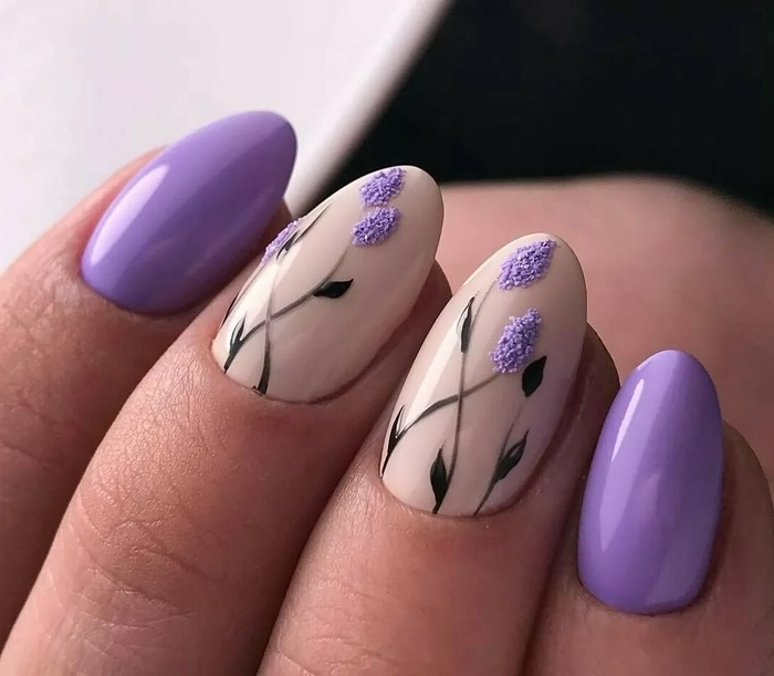 vernis de couleur violet nail art 2021 couleur de base nude dessin fleurs violettes manucure printemps
