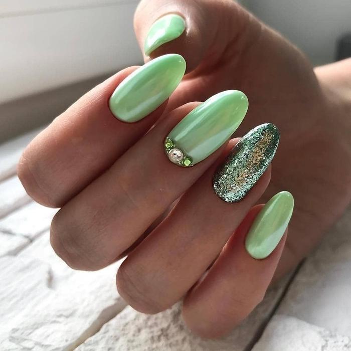 vernis nuance de vert tendances manucure ongle printemps 2021 ongles forme longue glitter