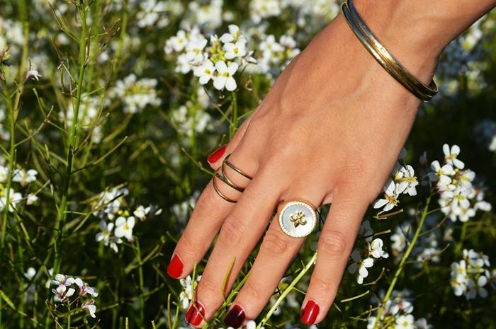 vernis rouge bijoux bagues bracelet modèle d ongle courts manucure rouge classique tendance ongles