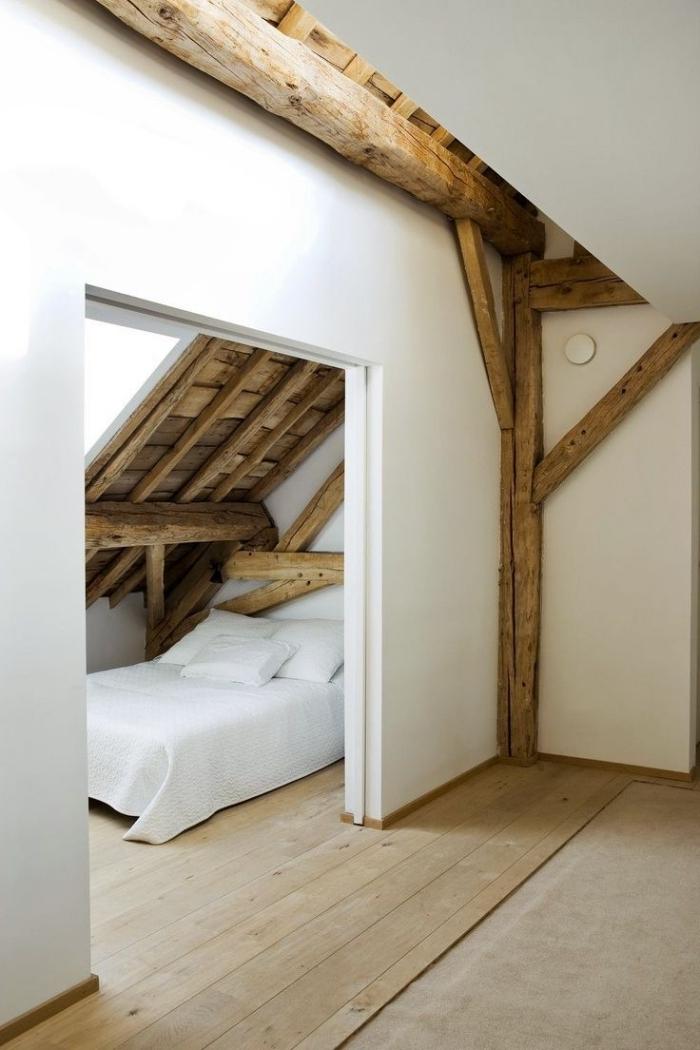 agencement chambre grenier structure bois poutres peinture blanche revetement sol bois déco grenier