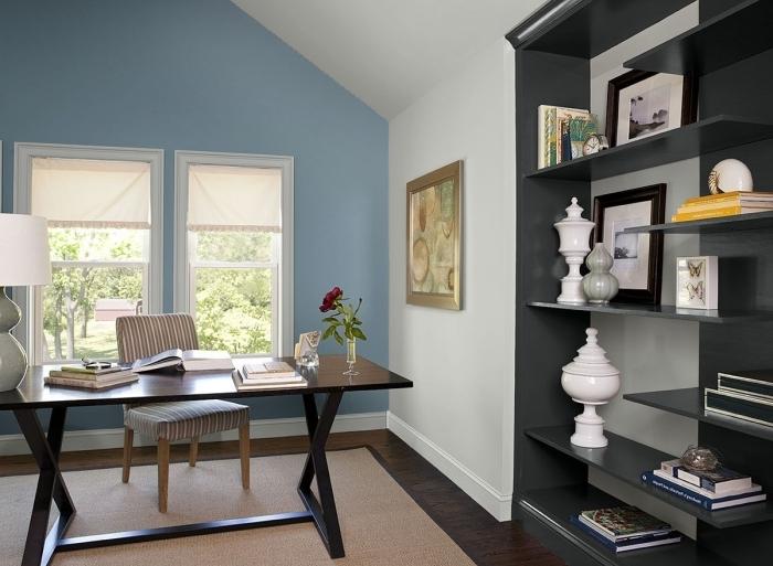 aménagement coin télétravail bureau bois noir chambre mansardée quel mur peindre mur fenetre