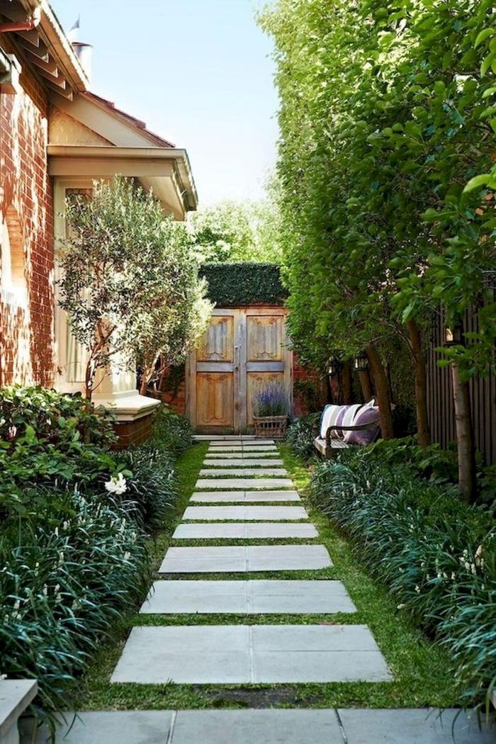 aménagement jardin petite surface chemin dalles béton gazon banquette coussins extérieur arbres