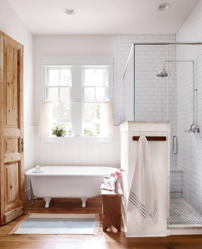 aménagement salle de bain bois et blanc carrelage blanc baignoire autoportante tapis bain franges