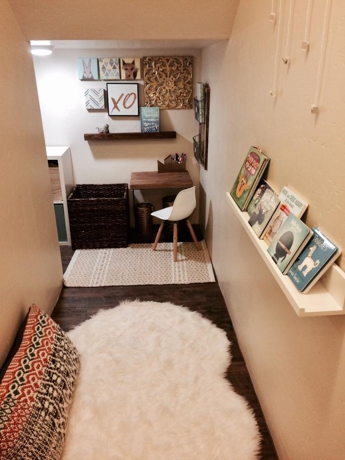 aménagement sous escalier étagère suspendue bois blanc tapis moelleux blanc mur affiches cadres