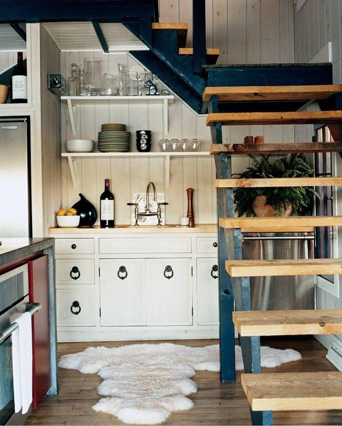 aménagement sous escalier quart tournant avec contremarches de bois meuble cuisine et credence planches de bois blanchies