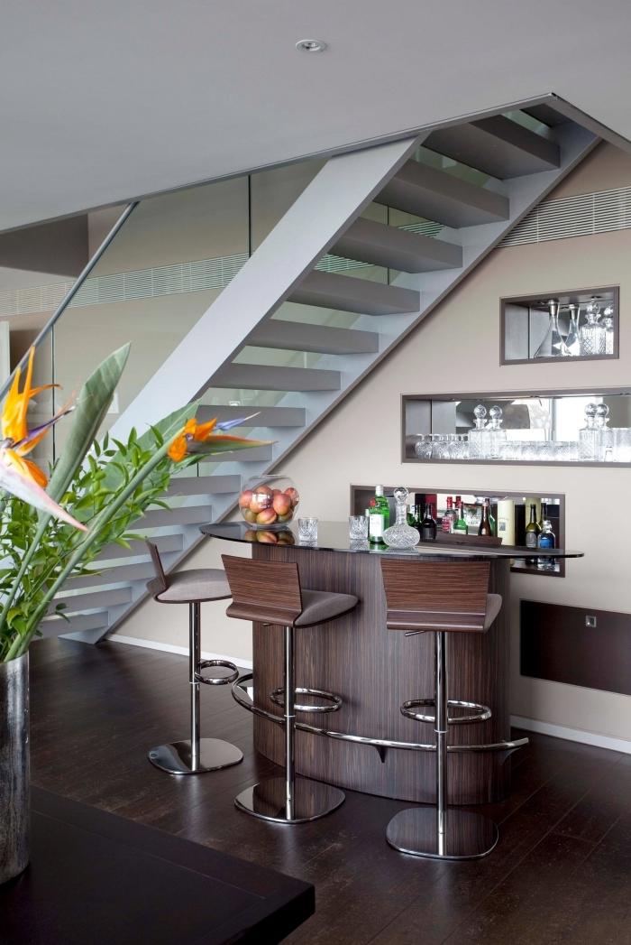aménagement sous escalier sans contremarche plante verte chaise de bar niche mural mur miroir
