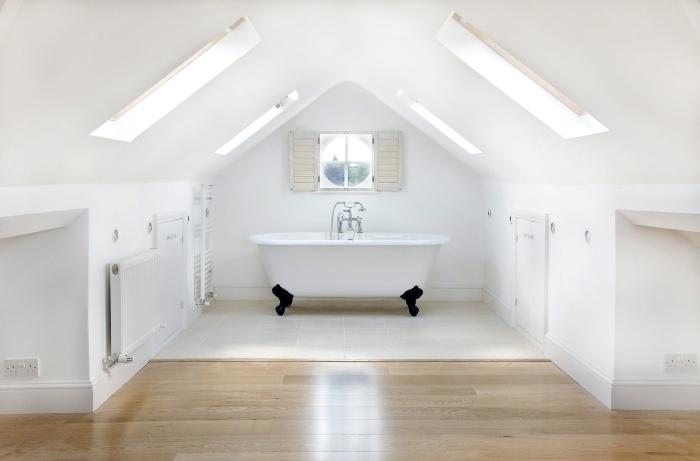 aménager des combles design épuré salle de bain sous pente baignoire autoportante blanche pieds noirs