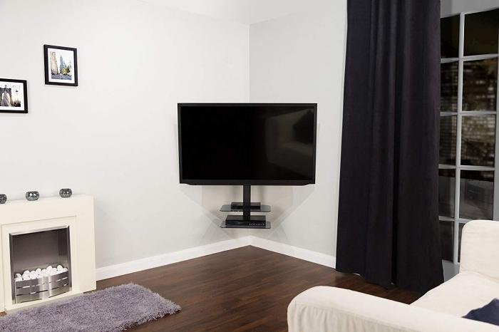 aménager un coin télé en angle revetement parquet stratifié bois marron mur de cadres tapis moelleux