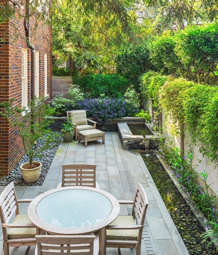 aménager un petit jardin de 10m2 meubles extérieur table bois et verre chaises bois pot fleur lac
