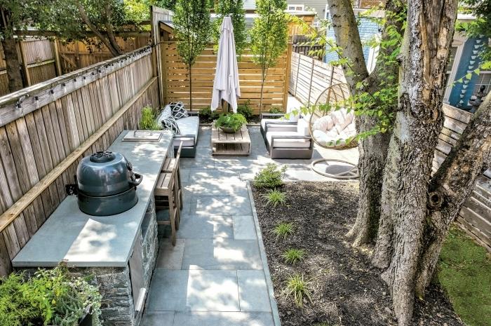 aménager un petit jardin de 20m2 cuisine extérieure sur mur cloture bois éclairage guirlande solaire