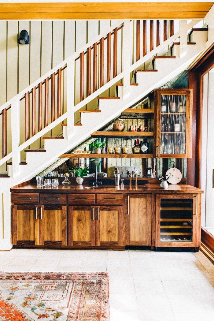 aménager une cuisine bois brut et étagères boisées sous escalier blanc idée déco vintage chic maison campagnarde