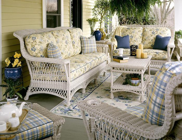 aménagement d une véranda ou comment peindre en des chaises en rotin en poeinture blanche