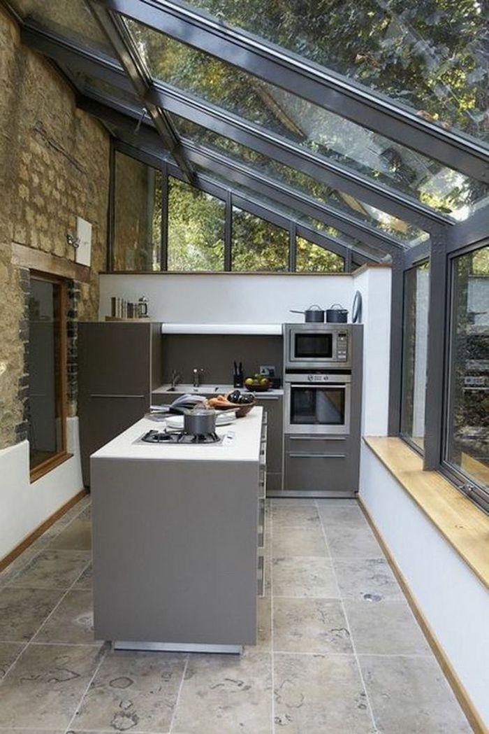 aménagement veranda 15m2 souus un toit en verre et des meubles et appareils a cuisson modernes cuisine dans une véranda
