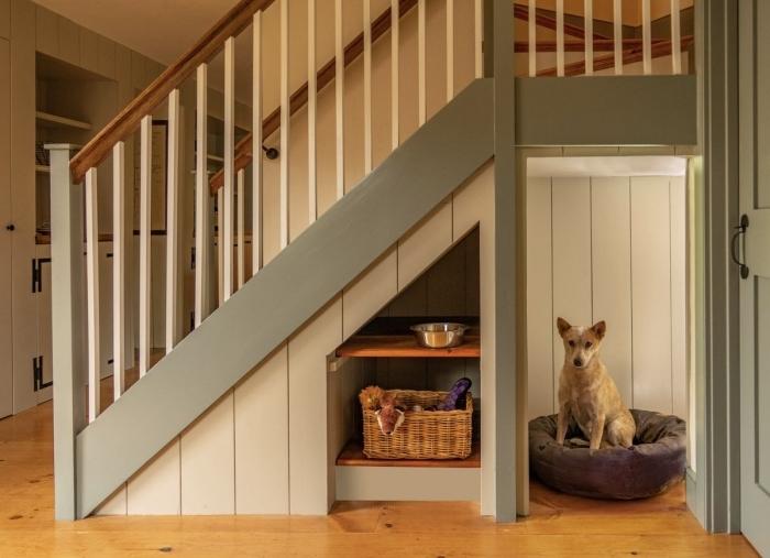 amenagement dessous escalier lit de chien niche animal de compagnie intérieur panier tressé