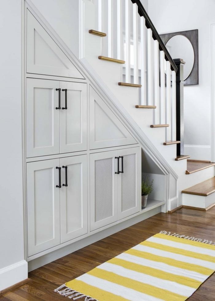 amenagement dessous escalier placard optimisation espace couloir revetement sol stratifié foncé