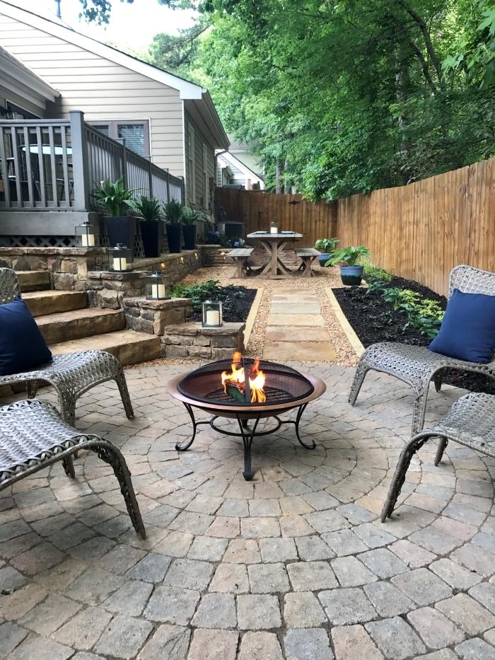 amenagement jardin photos feu meubles extérieur chaises revetement sol pierres plantes vertes
