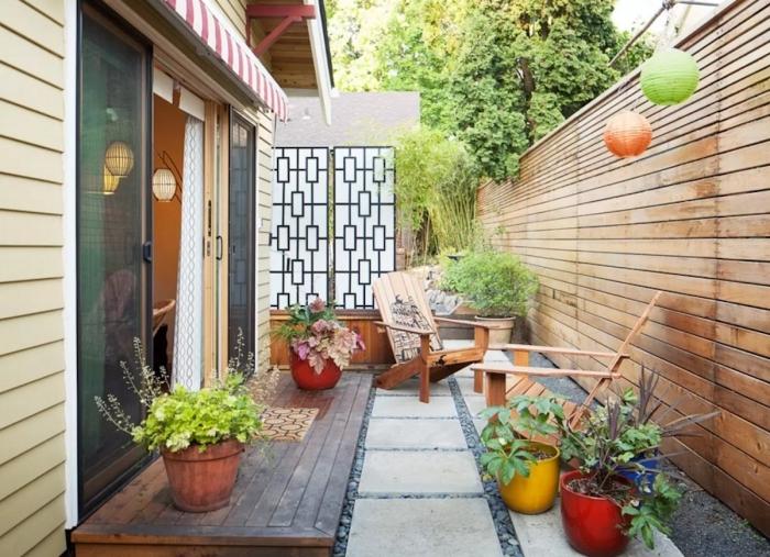 amenagement petite terrasse en bois mur revetement cloture bois chaise bois extérieur plante fleuries