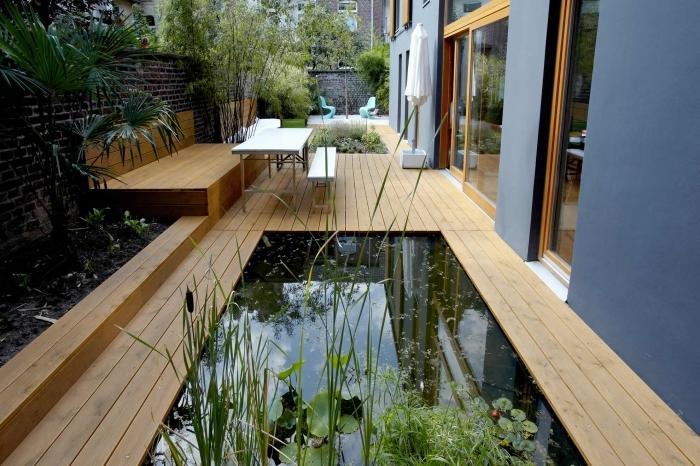 amenagement petite terrasse revetement sol bois lac jardin zen palmier mur en briques meubles