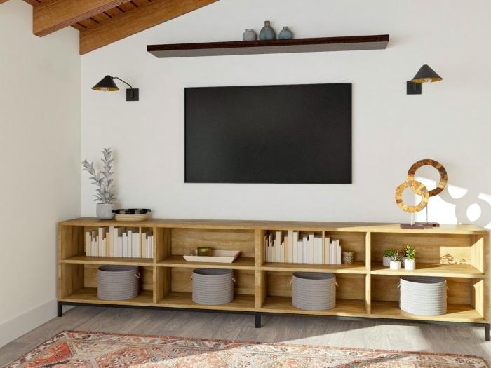amenagement salon tv décoration sous pente plafond poutres bois meuble étagère bois tapis ethnique